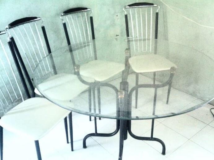 Meja Makan Bundar Kaca