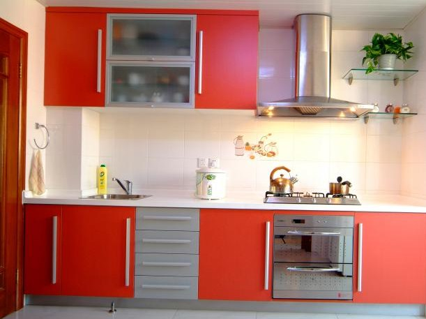 Model Lemari Dapur Warna Merah