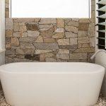 Desain Kamar Mandi Kecil Dengan Bathtub
