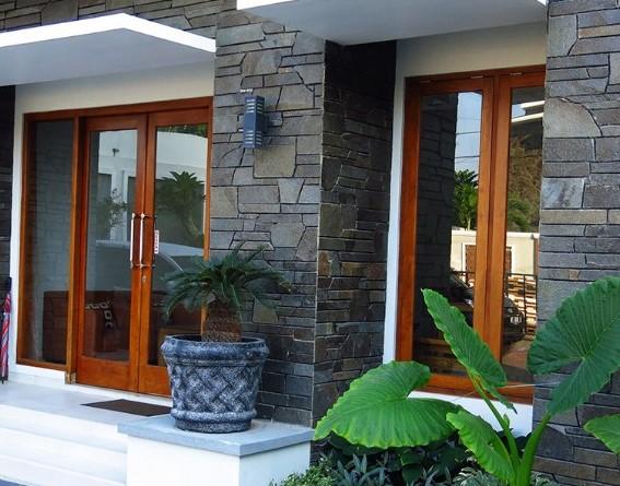 Desain Teras Depan Rumah Batu Alam