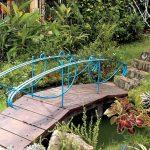 Desain Kolam Ikan Depan Rumah Dengan Jembatan Kecil