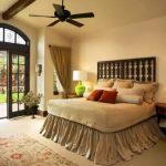 Desain Kamar Tidur Utama dengan Dekorasi Lampu Tidur