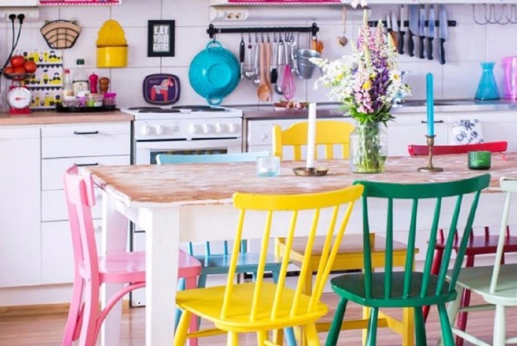 Dekorasi rumah minimalis yang apik dengan kabinet warna-warni