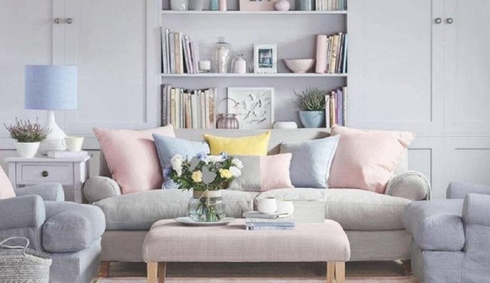 Sofa ruang keluarga dengan sentuhan warna pastel yang manis