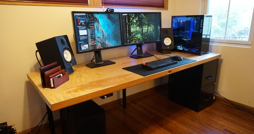 Meja Gaming Minimalis dari Kayu