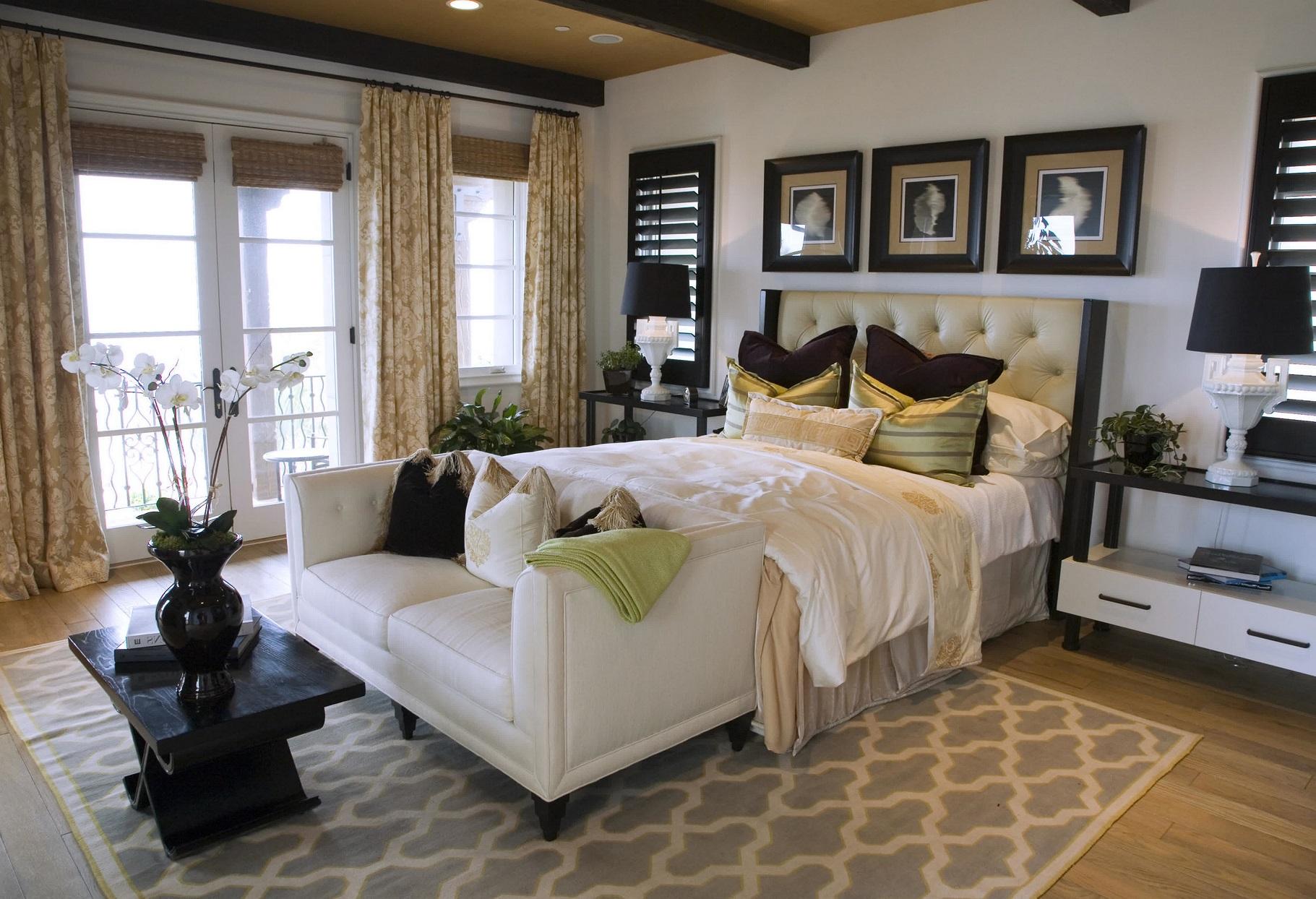 Kamar dengan Perabot Rapi dan Lukisan Berjejer